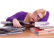 vom lernen eine völlig müde Studentin