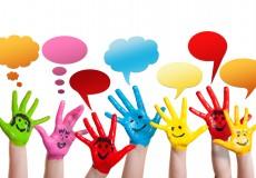 Kinderhände mit Sprechblasen